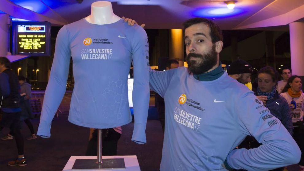Juan Garrido posa con la nueva camiseta / Óscar Carrascosa
