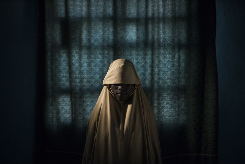Boko Haram les ató bombas suicidas a sus cuerpos. De alguna manera, algunas chicas adolescentes sobrevivieron. - Aisha, 14 años. © Adam Ferguson, for The New York Times
