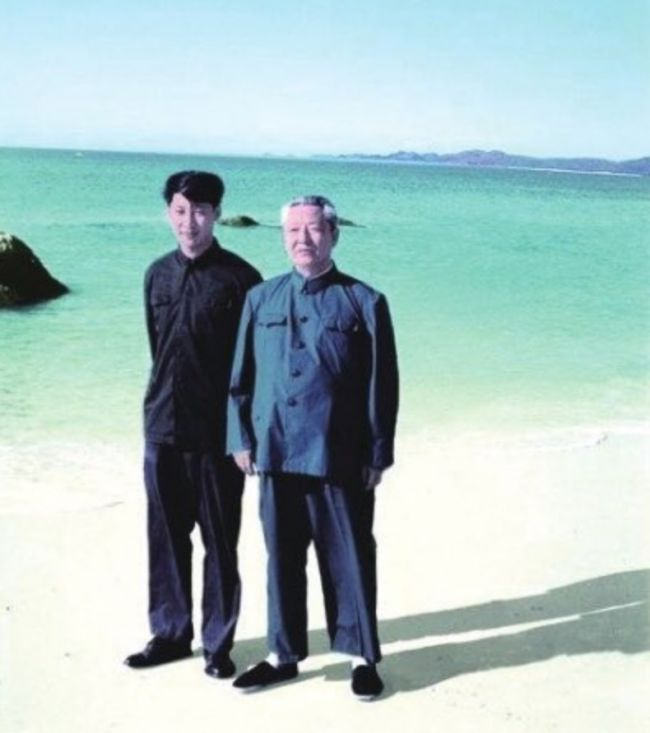 Xi Jinping con su padre, en la isla de Hainan (1978)
