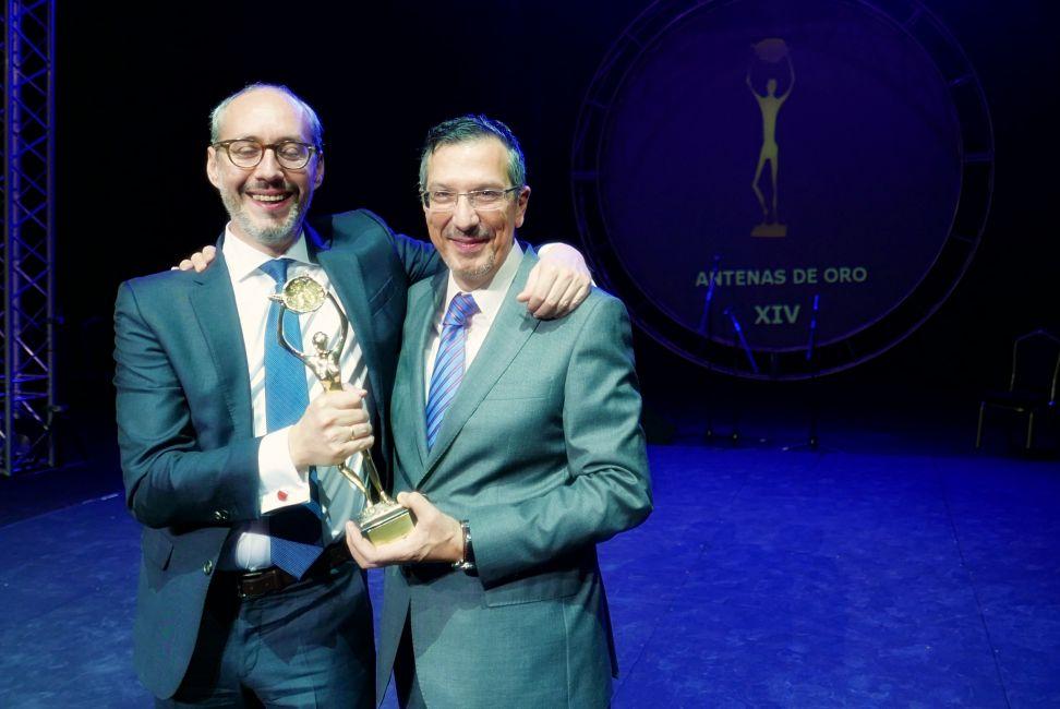 Eduardo Castillo celebra el premio con el ceo de Capital Radio, Luis Vicente Muñoz